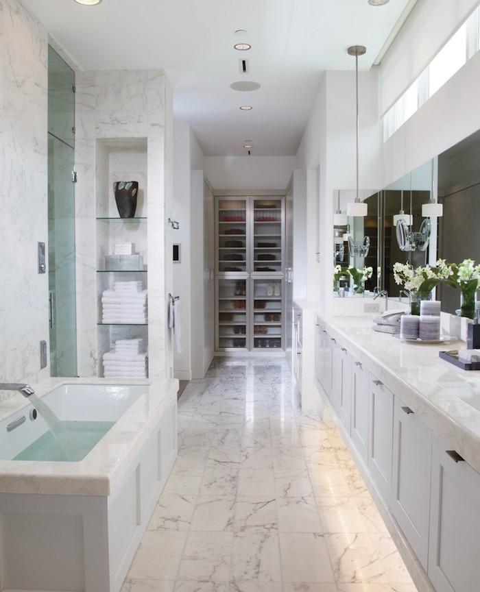 Blanche couleur salle de bain, accessoires salle de bain en marbre blanc, meuble rangement, décorer avec fleurs
