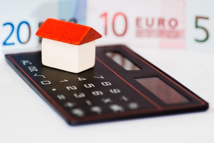 calculatrice, maison argent, idée les démarches d'investissement locatif depuis le choix de projet jusqu'à la location