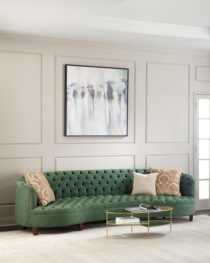idée de decoration salon 2020 aux murs beige et plafond blanc aménagé avec un canapé tendance en velours vert