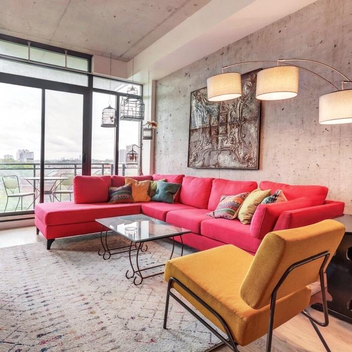 exemple comment bien décorer un salon moderne de style industriel aux murs béton avec accents colorés éclectiques