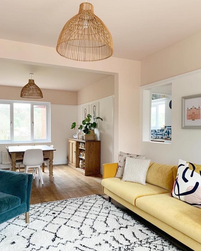 idée de decoration salon 2020 aux murs rose pastel et sol en bois foncé aménagé avec meubles en tissu coloré