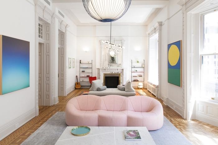 modèle de canapé tendance 2020 de nuance rose pâle, design salon blanc au sol marron avec accents colorés