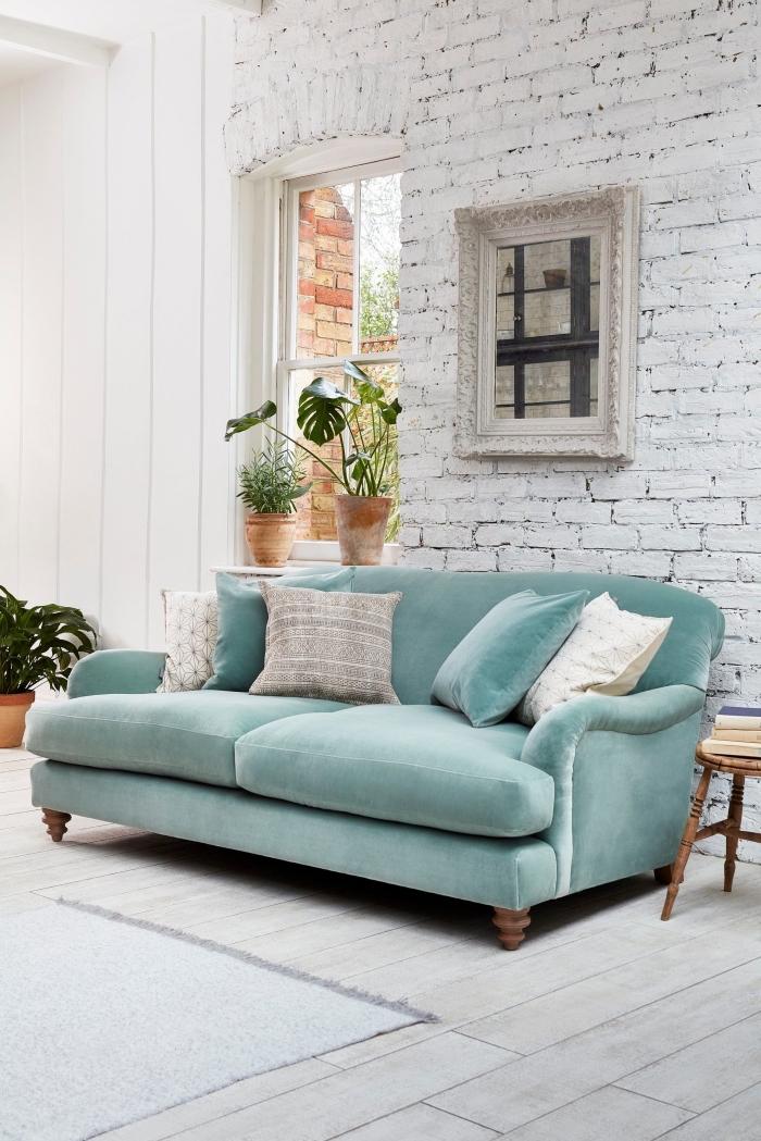 idée de decoration interieur maison campagne chic, design salon aux murs à effet briques et sol bois blanc avec meubles pastel