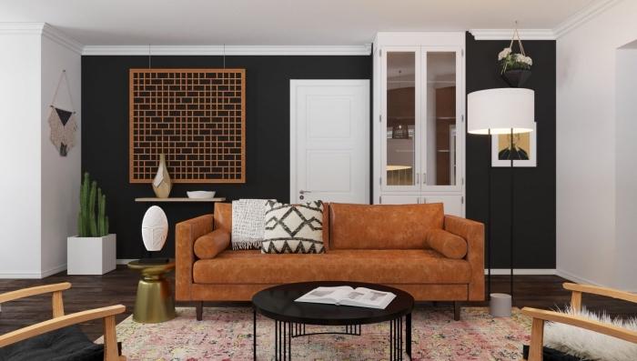 pièce blanche avec mur noir au parquet bois foncé, modèle de canapé tendance 2020 en tissu marron décoré avec coussins bohème chic