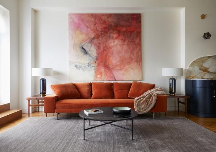 idée de decoration salon 2020 aux murs blancs avec meubles en tissu coloré et accents en métal et bois foncé
