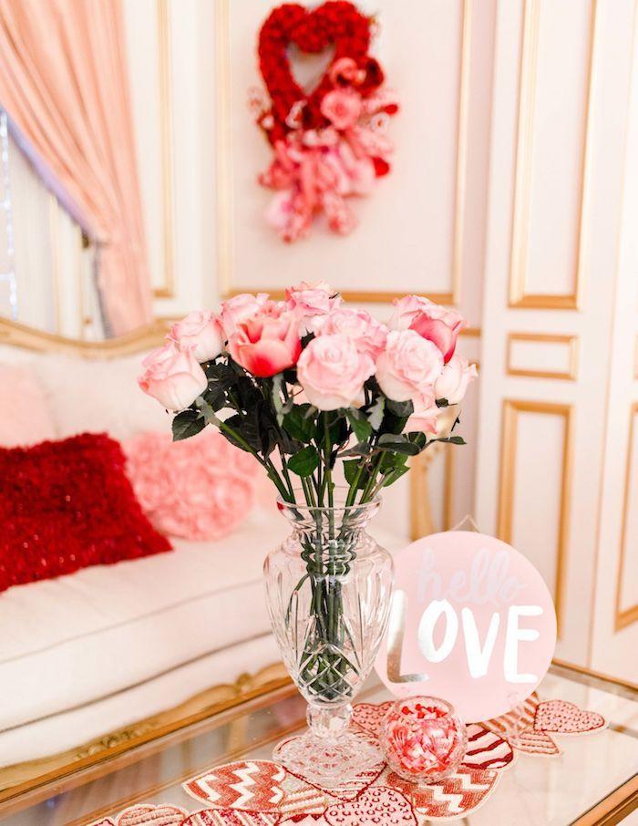Salon blanc et doré décoré en rose, vase en verre pleine de roses, idée originale saint valentin, belle décoration de saint valentin