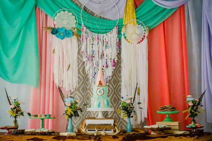 décoration d anniversaire boheme chic avec des attrape reves sur le fond et voiles rideaux colorés, gateau d anniversaire coloré, bouquets de fleurs en vases, candy bar anniversaire