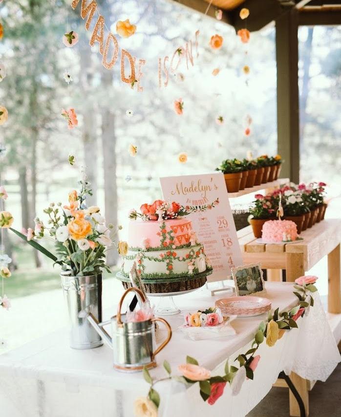 décoration d anniversaire theme fleur avec gateau d anniversaire fleur, bouquets de fleurs et fleurs en pots