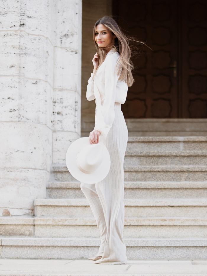 modèle de tailleur pantalon femme pour ceremonie en blanc avec pantalon taille haute et chemise avec fichu