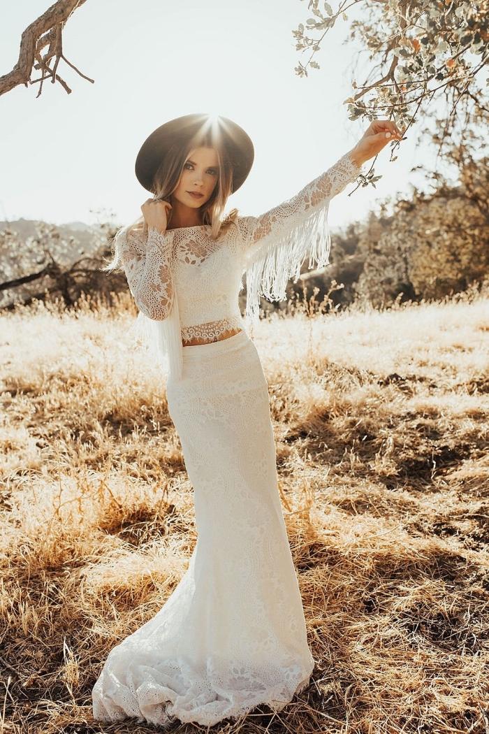 look bohème chic en robe manche longue à deux pièces avec jupe longue à traineau et manches longue avec franges