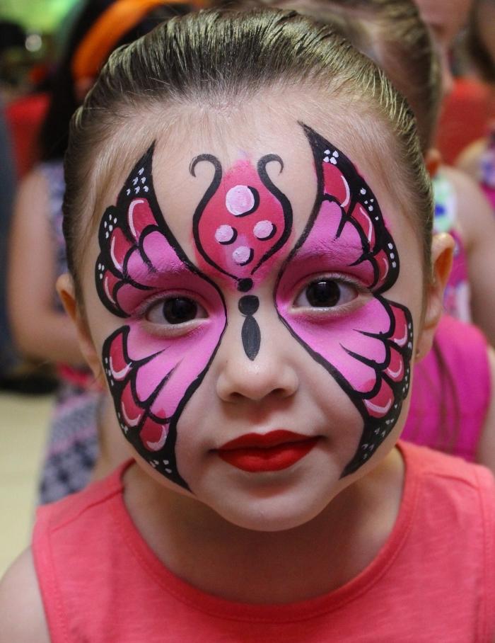 réalisation maquillage enfant original avec pochoir et peinture pour visage de nuances roses en version papillon