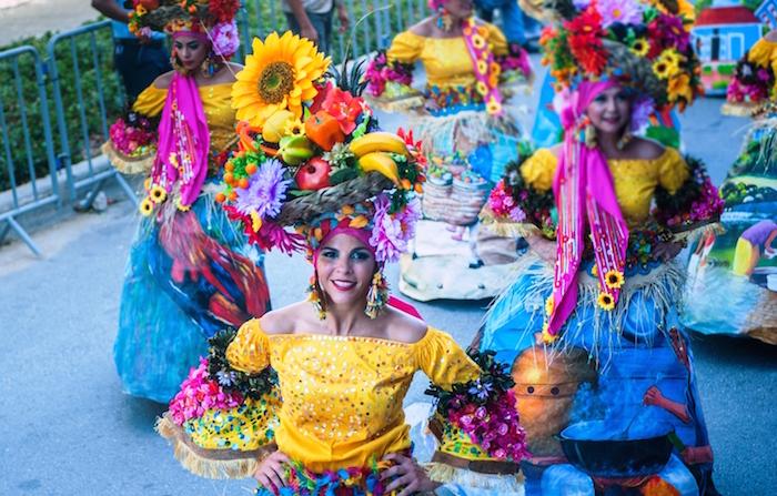 Style tropical avec couronne de fruits sur la tete, jupe longue coloré, top jaune épaules dénudés, deguisement famille, déguisement de carnaval en commun