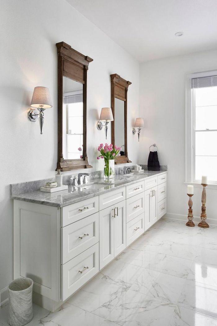 Blanc meuble salle de bain blanc marbre avec miroirs carrés cadre bois, décoration simple pour espace blanc, vase tulipes roses