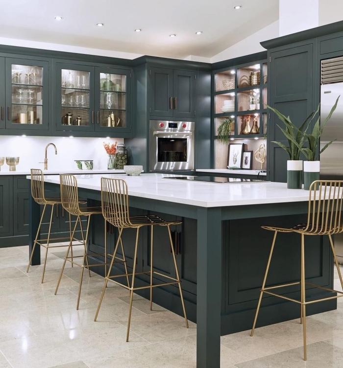 aménagement de cuisine aux murs blancs avec meubles de couleur vert de gris, agencement cuisine avec îlot