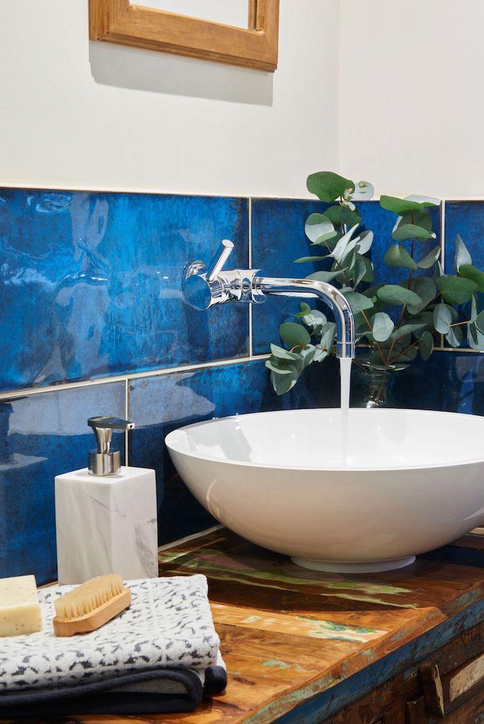 lavabo blanc sur plan de travail bois brut, credence salle de bain carrelage bleu, mur blanc, pantone bleu salle de bain accent chic