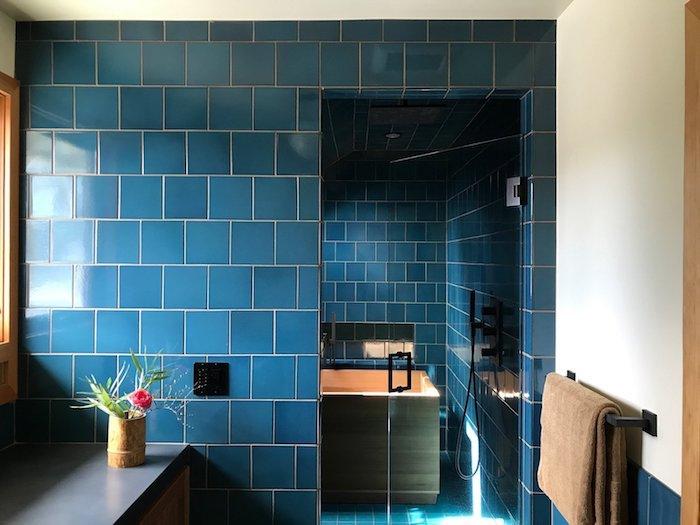 carrelage salle de bain couleur bleue avec baignoire, meuble salle de bain bois avec plan de travail gris
