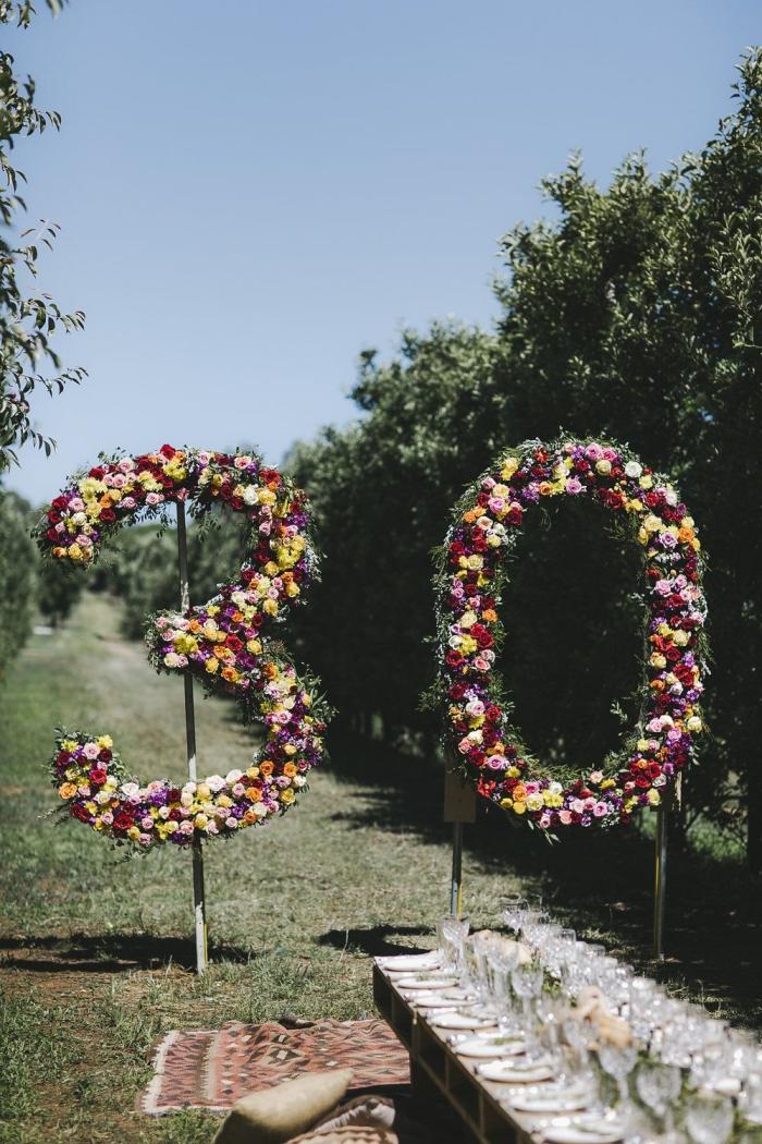 idées pour organiser un party dans le jardin de style bohème, idée anniversaire 30 ans en plein air avec gros chiffres âge végétales