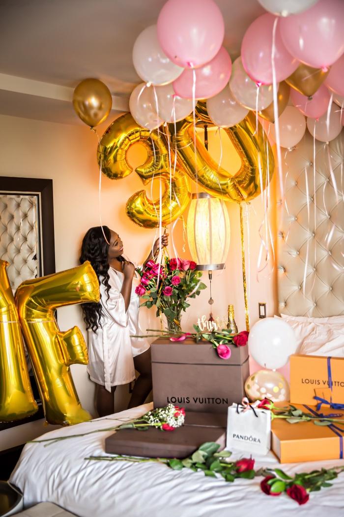 surprise pour souhaiter un joyeux anniversaire 30 ans femme, décoration chambre d'hôtel avec ballons hélium