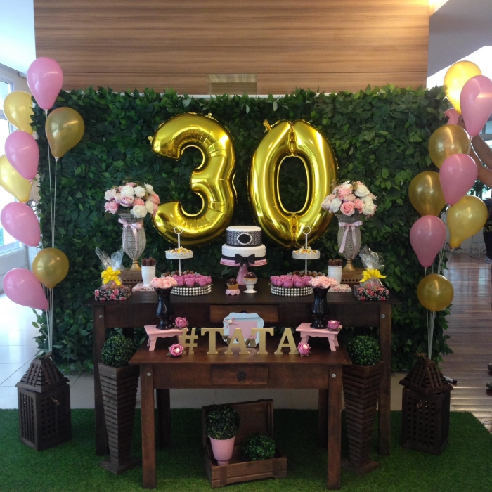 exemple de coin joyeux anniversaire 30 ans femme décoré de mur végétal et ballon en forme de chiffres dorés