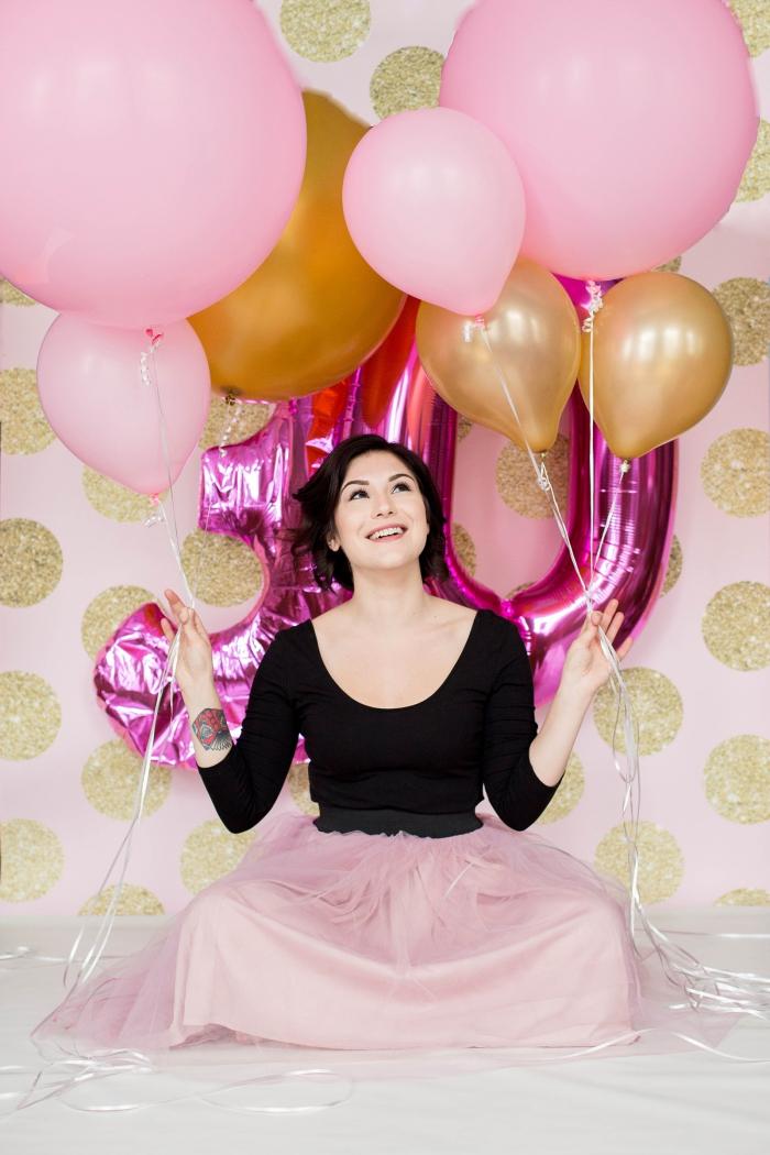 créer un coin photobooth pour anniversaire femme avec décoration murale aux accents dorés et ballon 30 ans en rose