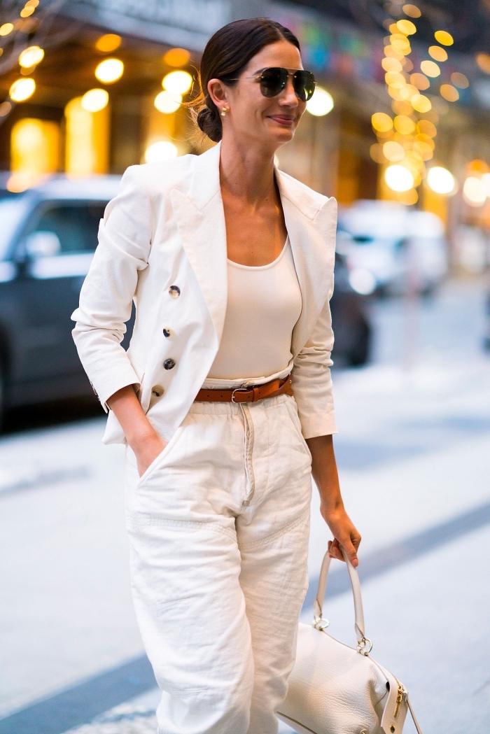 tenue classe femme en vêtements blancs, style vestimentaire femme au boulot avec pantalon semi casual et blazer