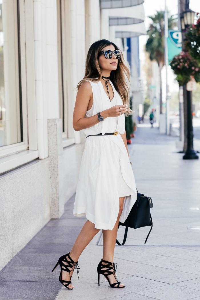 comment assortir les couleurs dans sa tenue femme moderne, modèle de robe blanche combinée avec chaussures hautes