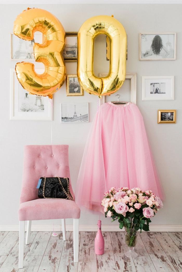 idée de deco anniversaire pas cher dans une pièce blanche avec un fauteuil rose pastel et bouquet de roses