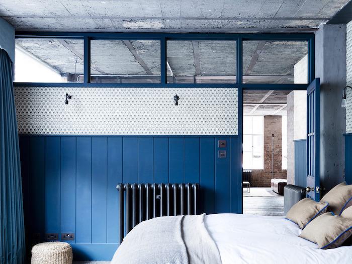 deco chambre bleu et blanc avec des coussins gris, peinture radiateur grise, couleur de l année 2020