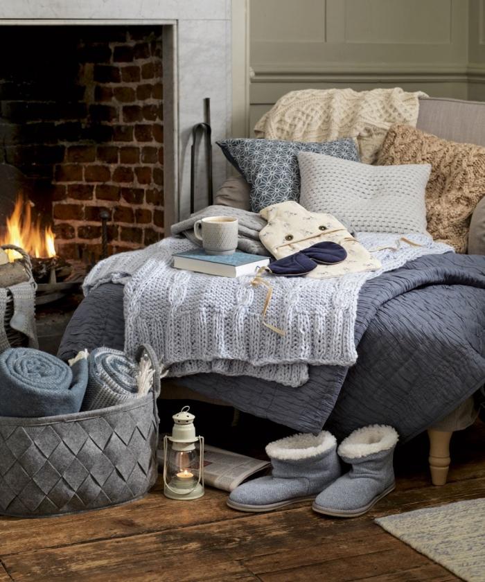 comment aménager un coin cozy dans une chambre à coucher adulte avec cheminée et parquet en bois foncé