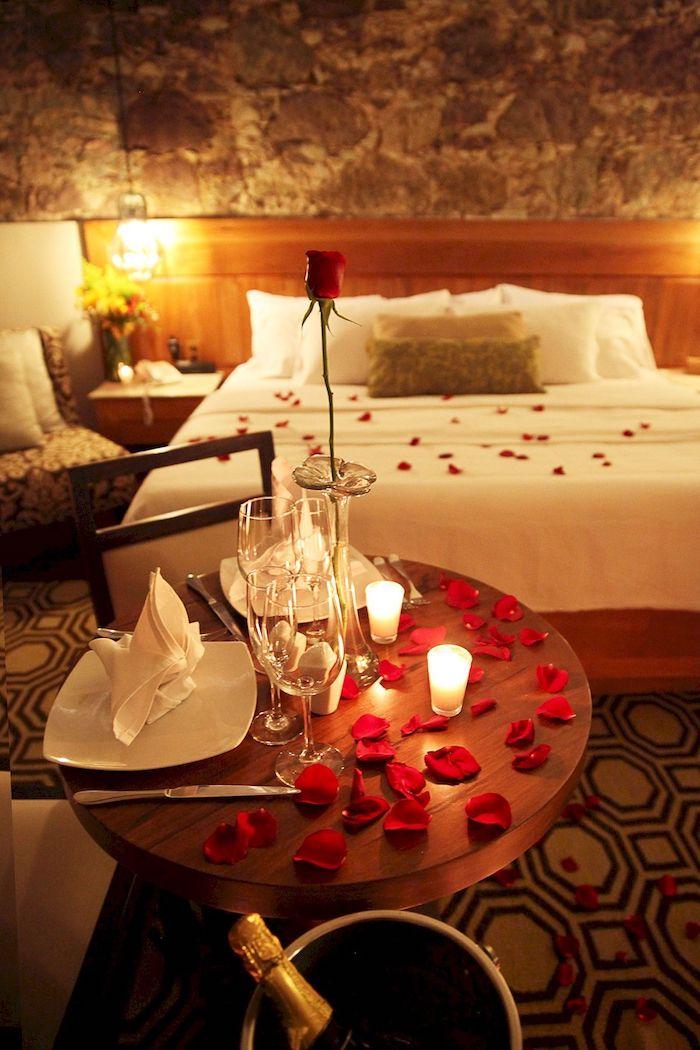 Chambre à coucher décoration romantique, pétales de roses, idée surprise saint valentin, décoration saint valentin,