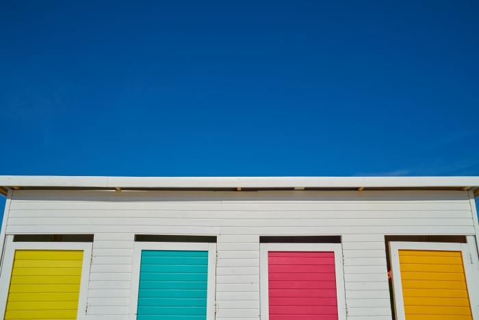 quels types de modèles de volets roulants choisir, façade logement avec volets colorés