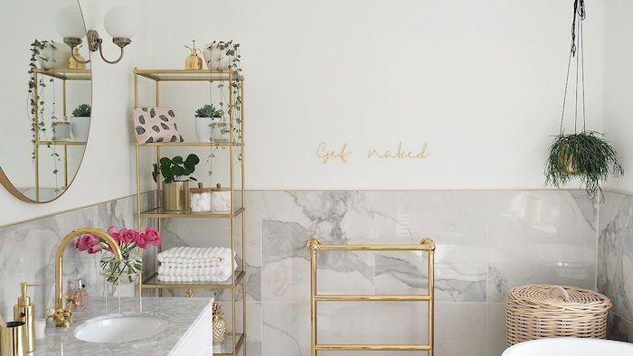 Doré accessoires de bain, lavabo originale, moderne salle de bain bohème avec plantes vertes et miroir ronde, quelle couleur pour la salle de bains marbre