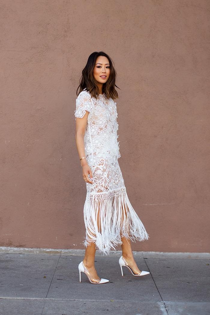 modèle de robe blanche longue en dentelle blanche avec franges de style bohème combinée avec chaussures tendance