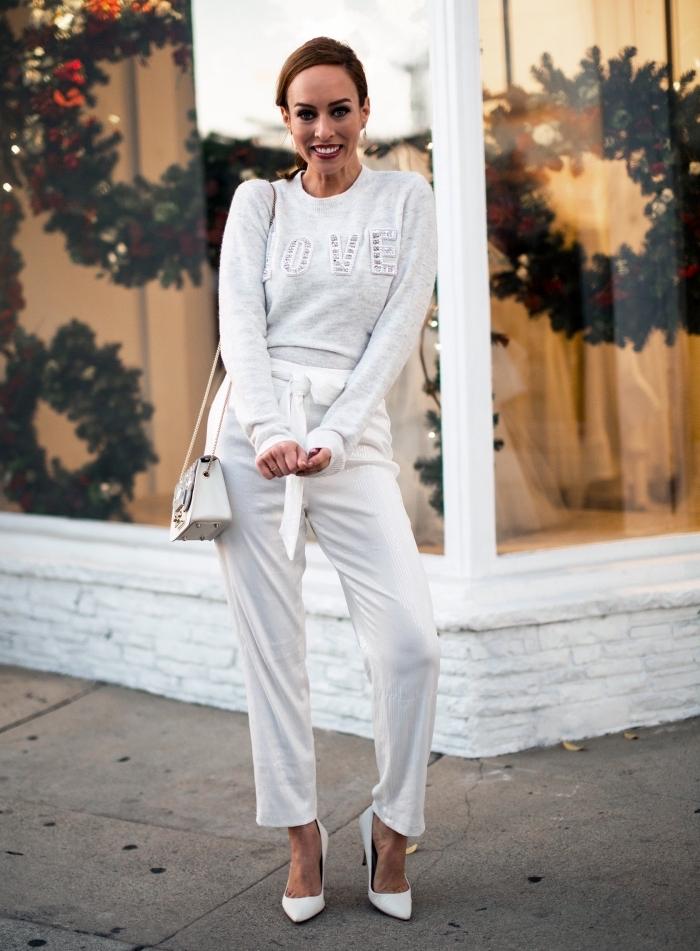 style casual chic en pantalon fluide blanc combiné avec sweat blanc à lettres amour et chaussures à talons blanches