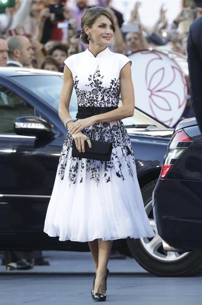 tenue de soirée femme en robe princesse blanche avec ceinture et décoration florale en noir, idée accessoires pochette noire
