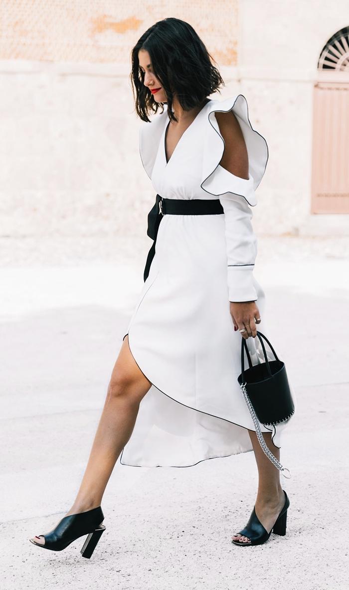 look femme chic en robe de soirée longue avec manches à effet, idée tenue classe en blanc et noir pour femme