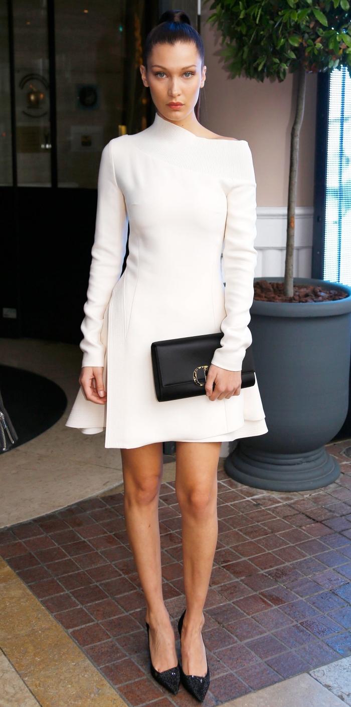 modèle de robe cocktail élégante aux manches longues combinée avec chaussures hautes et pochette en cuir noir