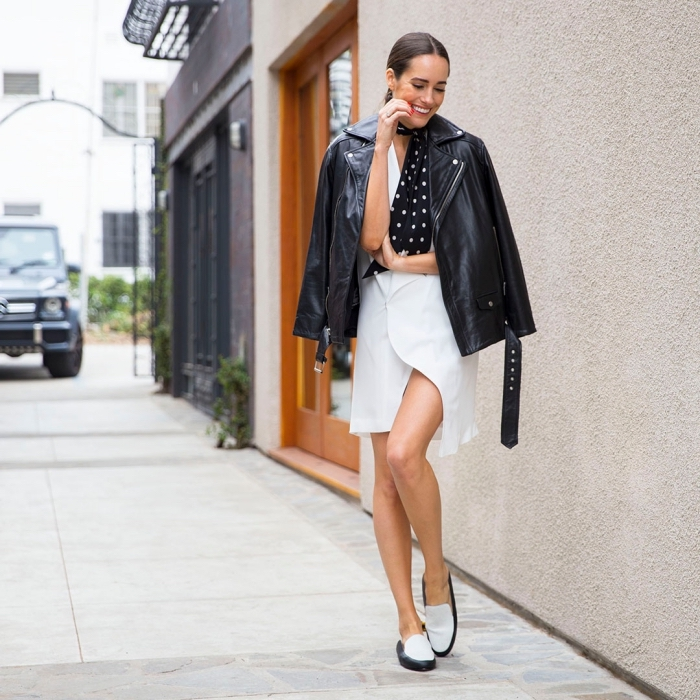 comment assortir les couleurs de ses vêtements veste cuir et robe noire et blanche, tenue moderne en robe courte et veste cuir