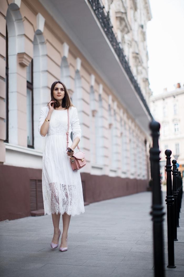 modèle de robe blanche longue en dentelle florale combinée avec chaussures en rose pastel et sac bandoulière