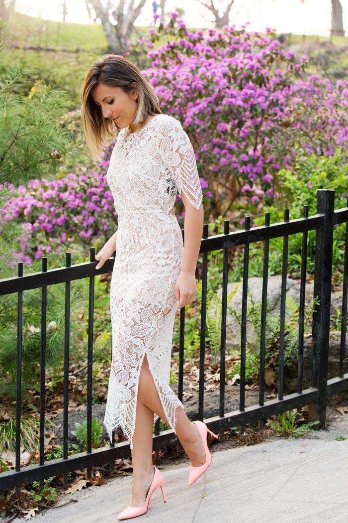 exemple de robe pour mariage de style bohème avec détails en dentelle blanche, paire de chaussures à talons en rose