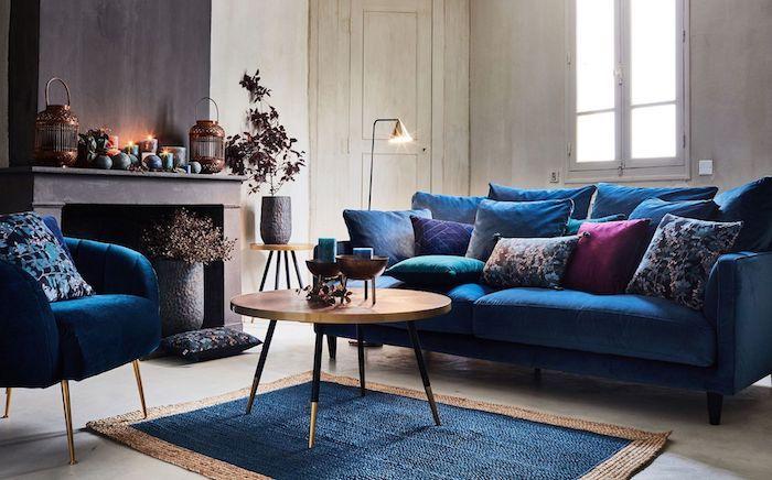 tendance couleur 2020 le bleu classique, coussins bleu et bordeaux, tapis bleu et marron, fauteuil bleu et deco cheminée originale