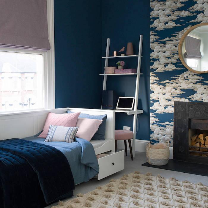 deco chambre ado avec cheminée et mur papier peint à motif nuage, tapis gris à pompons, rideau gris
