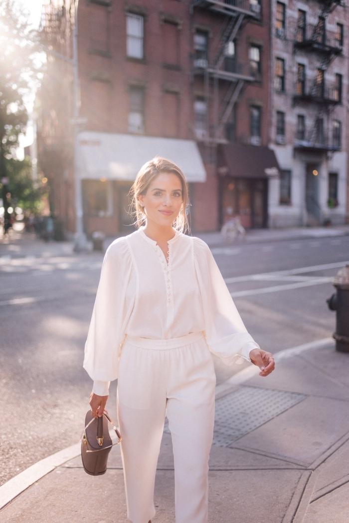idée de tenue habillée pour mariage en blanc, modèle de pantalon fluide assorti avec chemise blanche avec manches bouffantes