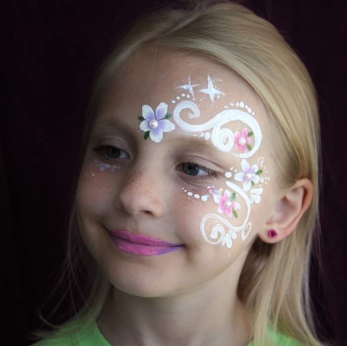 comment dessiner un motif facile sur visage enfant pour carnaval, idée de maquillage enfant facile à effet floral