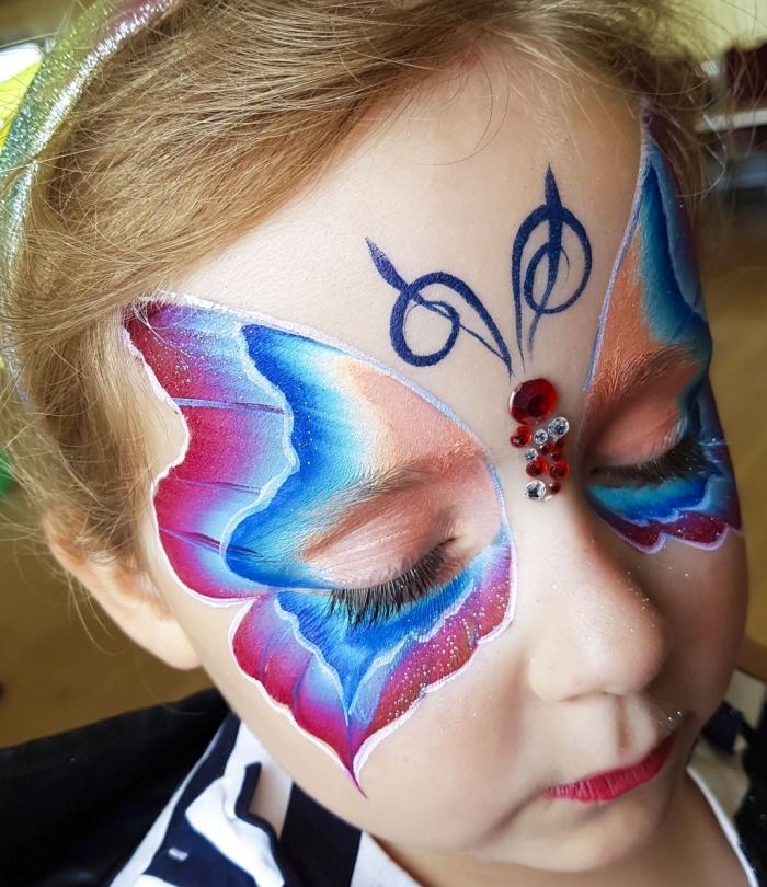 idée de maquillage enfant facile à réaliser avec pochoir papillon et peinture faciale, make-up enfant pour carnaval