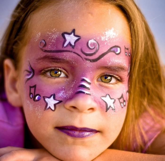 DIY masque de carnaval en peinture facile de couleur rose et sticks visage en noir et blanc pour une fête déguisée