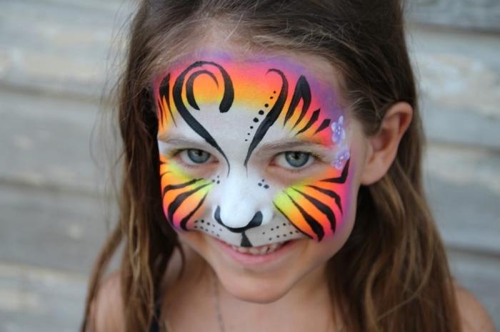 idée de desguisement carnaval facile pour enfant avec un masque façon animal réalisé avec peinture faciale et stick visage noir