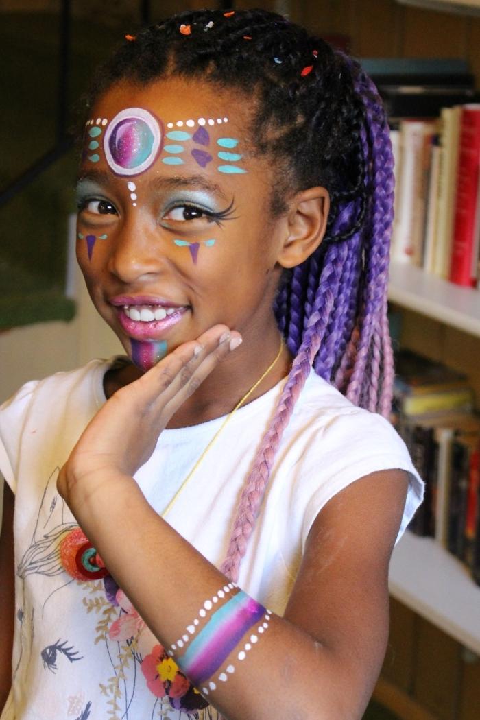 comment maquiller une fille pour un carnaval, exemple de maquillage enfant à effet bijoux visage en peinture faciale