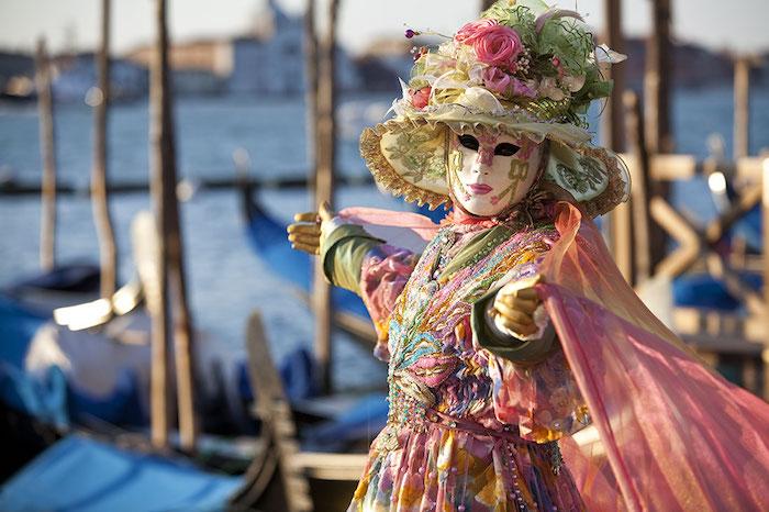 Le carnaval de Venise costume coloré, chapeau avec fleurs artificielles, robe avec voiles, masque venitien