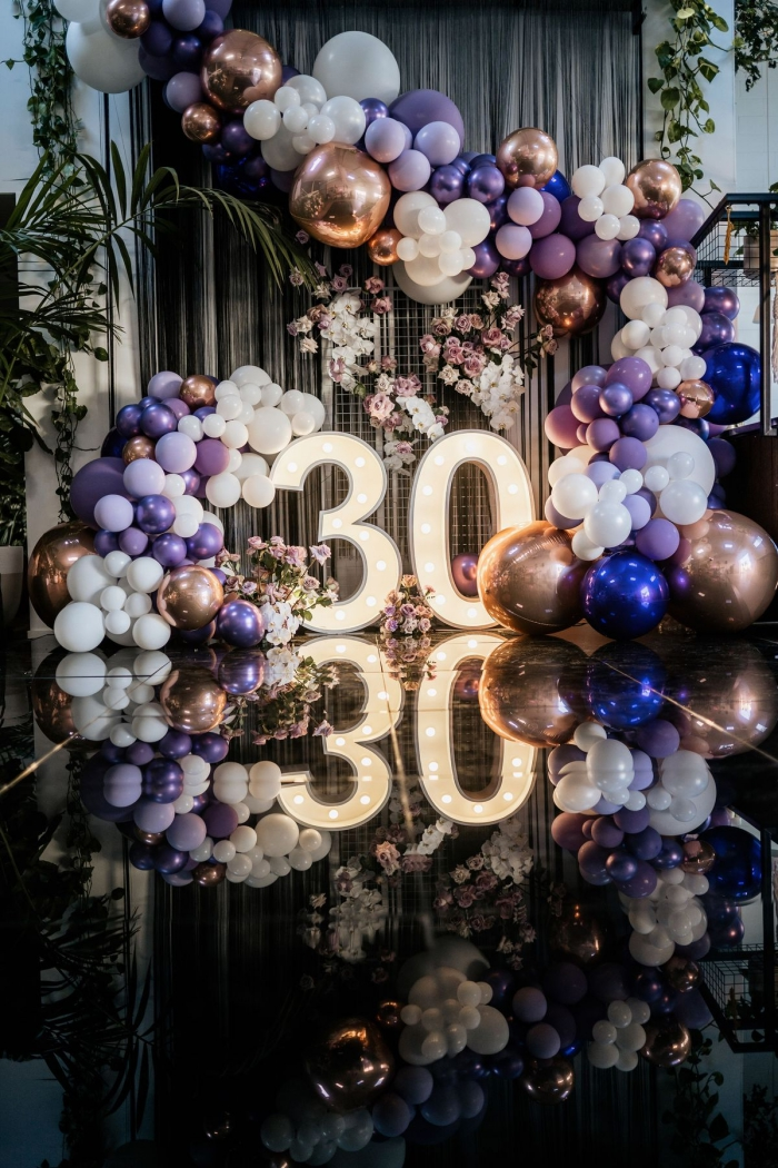 décoration pour un anniversaire inoubliable 30 ans, coin de photobooth d'anniversaire avec podium et ballons